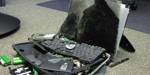 Ném sạch đồ, laptop, ĐTDĐ vì chồng kết bạn với gái trên Facebook