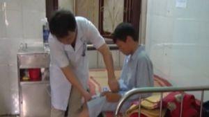 Phẫn nộ bé 12 tuổi bị mẹ kế, bố đẻ dùng chày đánh đập phải nhập viện