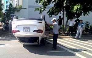 Cô gái bò ra khỏi ôtô 'phơi bụng' ở Sài Gòn