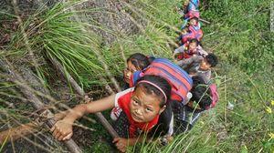 Trẻ em Trung Quốc vượt vách núi chết người để đến trường