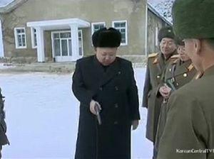 Nhà lãnh đạo Kim Jong-un tổ tài lái máy bay, bắn súng
