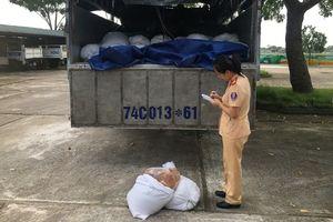 Thanh Hóa: Bắt giữ xe ô tô tải vận chuyển 750 kg mỡ động vật bốc mùi ôi thiu