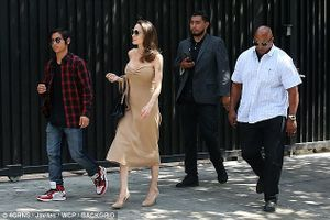 Angelina Jolie gợi cảm, vui vẻ đi ăn trưa cùng con trai giữa ồn ào ly hôn