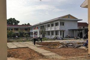 Trường xây ì ạch, học sinh phải học nhờ tại công ty thủy sản
