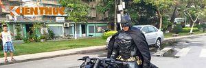 """""""Sốc"""" với Người Dơi cưỡi siêu môtô độ Harley trên phố Việt"""