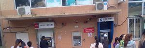 Người Trung Quốc loay hoay tìm cách rút tiền tại cây ATM