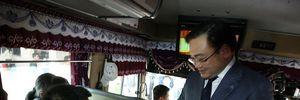 Bí thư Thành ủy Hà Nội Hoàng Trung Hải lì xì cho hành khách