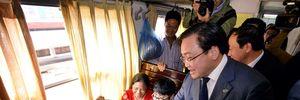 Bí thư TP Hà Nội tặng lì xì cho hành khách nhân dịp năm mới