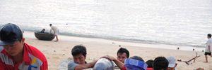 Cá voi dạt vào bờ biển Bình Định mùng 7 Tết
