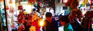 Dòng người ồ ạt đi mua quà trong ngày lễ tình nhân