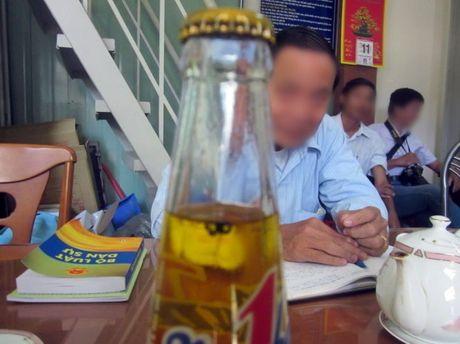 Võ Văn Minh khai phát hiện chai nước còn nguyên nắp thì kết luận giám định cho rằng chai nước đã bị mở nắp rồi đóng lại (Ảnh: Tuổi Trẻ)
