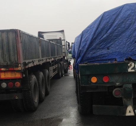 Hải Dương: Lái xe 'cố thủ' chống đối lực lượng kiểm tra tải trọng