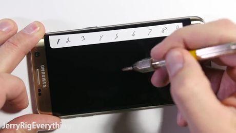 Galaxy S7 edge có thể bị bẻ cong, cào xước, đốt cháy?