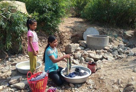 Người dân buôn Ma Giai chắt từng nước để giặt áo quần
