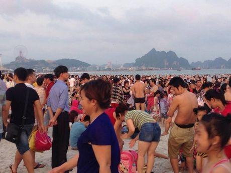 Quang Ninh: Bai tam nem chat nguoi trong tuan le du lich Ha Long - Anh 11