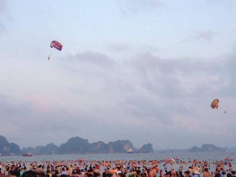Quang Ninh: Bai tam nem chat nguoi trong tuan le du lich Ha Long - Anh 12