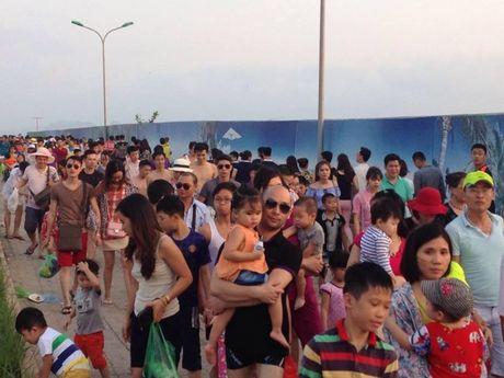 Quang Ninh: Bai tam nem chat nguoi trong tuan le du lich Ha Long - Anh 3
