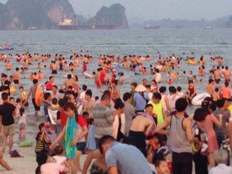 Quang Ninh: Bai tam nem chat nguoi trong tuan le du lich Ha Long - Anh 8