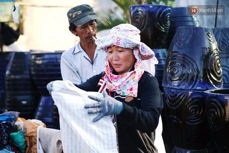 Sau nhung mon do tri gia 2.000 dong, Sai Gon lai co 'cua hang' quan ao mien phi cho nguoi ngheo - Anh 7