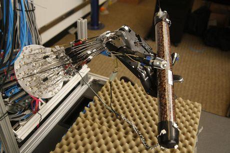 Che tao thanh cong tay robot 5 ngon nhu tay nguoi, tien tien nhat the gioi - Anh 1
