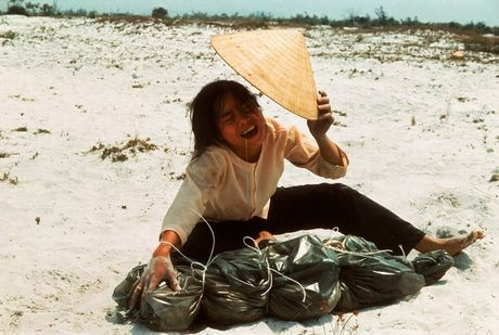 Loat anh mau gay soc ve chien tranh Viet Nam cua Larry Burrows - Anh 10
