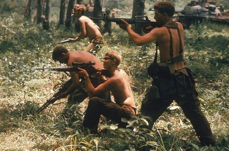 Loat anh mau gay soc ve chien tranh Viet Nam cua Larry Burrows - Anh 11