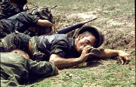 Loat anh mau gay soc ve chien tranh Viet Nam cua Larry Burrows - Anh 12