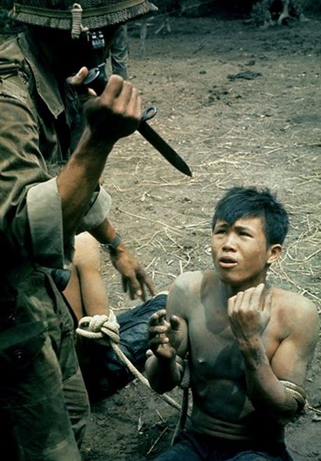 Loat anh mau gay soc ve chien tranh Viet Nam cua Larry Burrows - Anh 1