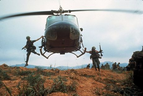 Loat anh mau gay soc ve chien tranh Viet Nam cua Larry Burrows - Anh 8