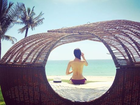 Phạm Hương nude lộ cả ngực trước biển - www.TAICHINH2A.COM