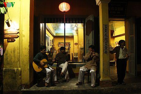 Trong không gian thanh bình của phố cổ, thỉnh thoảng người ta bắt gặp tiếng đàn du dương của những nghệ sĩ đường phố.