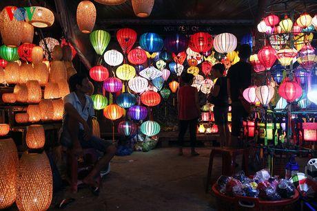 Phố bán đèn lồng lung linh khiến du khách như bước vào không gian cổ tích.