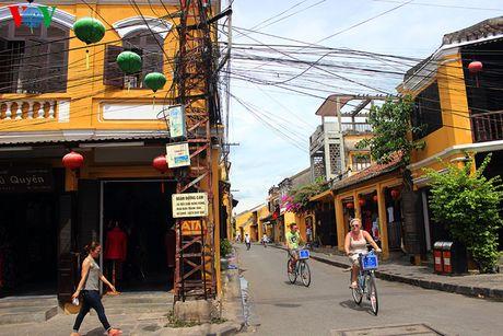 hông ồn ào và nhiều xe cộ qua lại như 36 phố phường Hà Nội, phố cổ Hội An là phố dành cho xe không động cơ và người đi bộ. Dù rất đông khách du lịch tới thăm nhưng Hội An vẫn bình yên một cách lạ thường.