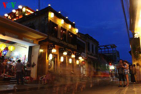 Vào chập tối, khi mặt trời vừa tắt nắng, những ngôi nhà cổ ở Hội An bắt đầu lên đèn.
