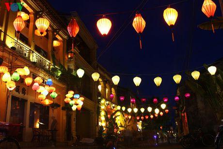 Những chiếc đèn lồng lung linh đủ sắc màu được giăng khắp các con phố.