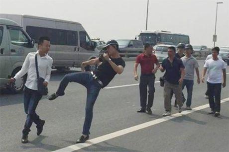 Phong vien Tuoi Tre bi hanh hung khi tac nghiep tren cau Nhat Tan - Anh 1