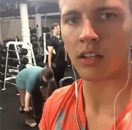 Dau tim nhin chi em tap gym - Anh 3