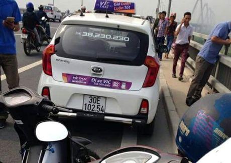 Tai xe taxi chet bat thuong duoi chan cau Nhat Tan - Anh 1