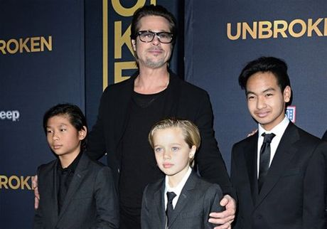 Brad Pitt mat ngu vi so Angelina Jolie cam gap con - Anh 1