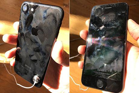 iPhone 7 xau xi bat ngo trong Apple Store - Anh 1
