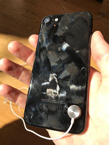 iPhone 7 xau xi bat ngo trong Apple Store - Anh 2