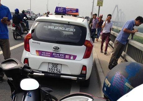 Mot tai xe hang taxi Vic tu vong duoi cau Nhat Tan - Anh 2