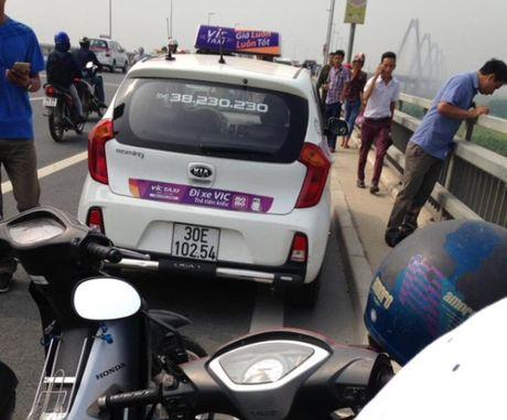 Ha Noi: Phat hien thi the tai xe hang taxi VIC duoi chan cau Nhat tan - Anh 1