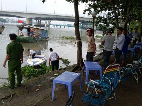 Thi the nam thanh nien deo balo day da troi tren song Sai Gon - Anh 1