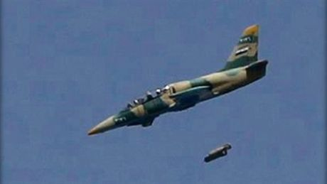 Chien dau co Syria doi bom khap cac khu pho phia Dong Aleppo - Anh 1