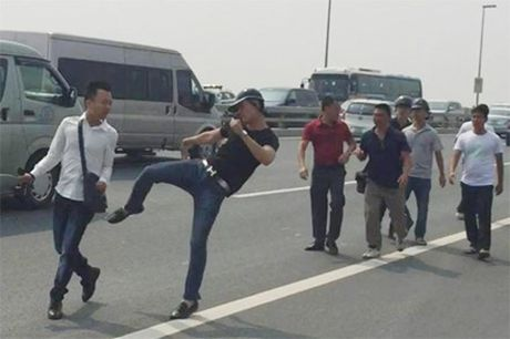 Cong an huyen Dong Anh xin loi phong vien bi hanh hung - Anh 2