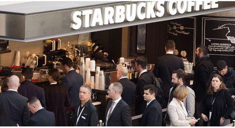 Chang trai ngay nao cung den Starbucks xep hang, nhung khong phai de uong ca phe, se giup ban hieu the nao la nghe sales - Anh 1
