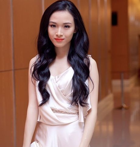 """Hoa hau Phuong Nga """"lat nguoc tinh the"""" voi ban """"hop dong"""" tinh ai? - Anh 1"""