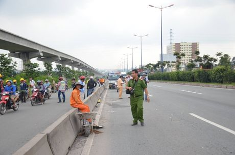 Chay vao lan o to, nam thanh nien bi container can tu vong - Anh 2