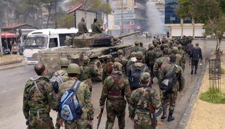 Quan doi Syria tan cong vao khu pho Co thanh pho Aleppo (video) - Anh 1